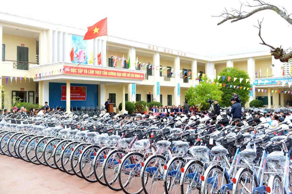 TANDTC trao tặng xe đạp cho học sinh nghèo vượt khó học giỏi tại Thái Bình và Nghệ An