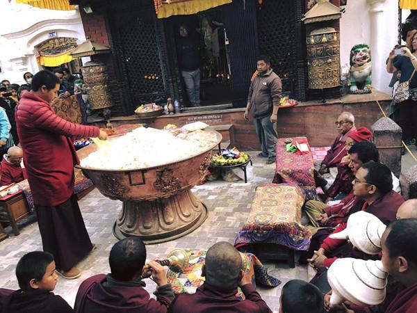 Tường Linh hành hương Nepal ngày đầu năm