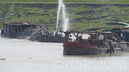 """Hà Nội: Cát tặc mặc sức """"đại náo"""" sông Cà Lồ"""