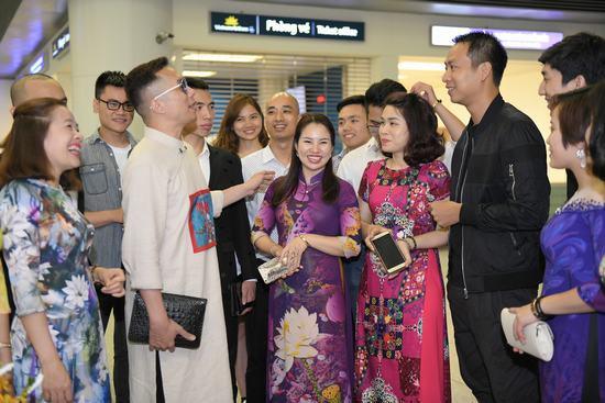 NTK Đỗ Trịnh Hoài Nam lên đường sang LHP Cannes quảng bá áo dài