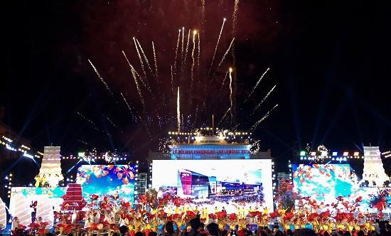 Vạn người chờ xem bắn pháo hoa tại Lễ hội Hoa Phượng Đỏ 2018