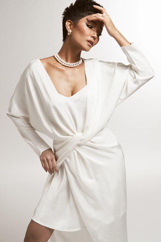 Hoa hậu H'Hen Niê diện đầm khoét ngực gợi cảm hút mắt