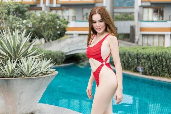 Hoa hậu Phương Lê thả dáng nóng bỏng với bikini giữa hồ bơi