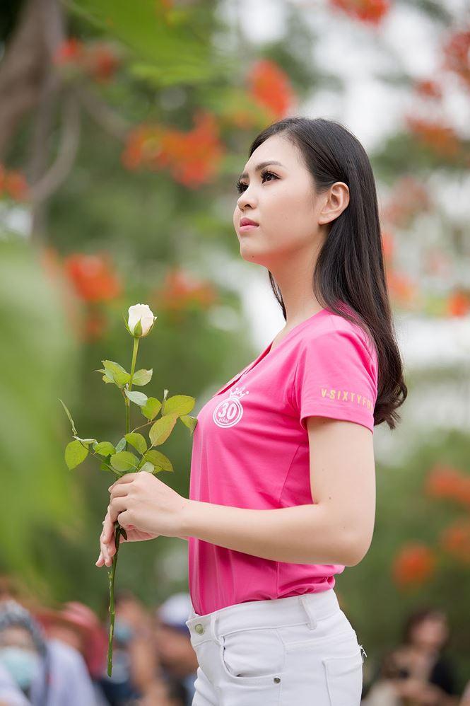 Thí sinh Hoa hậu Việt Nam mang hoa trắng tới viếng mộ Hàn Mặc Tử - ảnh 14