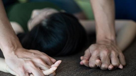 Dùng bình xịt hơi cay khống chế, hiếp dâm cô gái trong phòng trọ