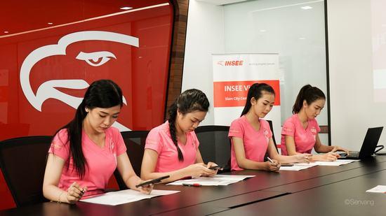 Thí sinh Hoa hậu Việt Nam 2018 tự tin chinh phục nhà tài trợ Dự án nhân ái bằng tiếng Anh