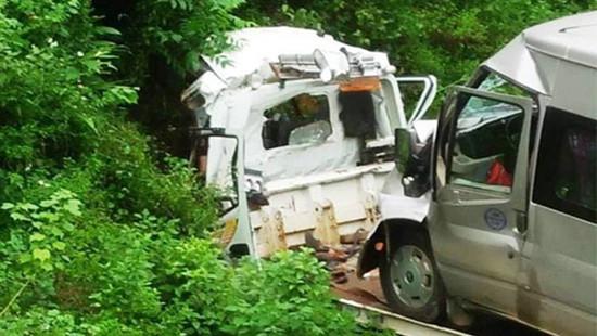 Xe cứu hộ chở xe 16 chỗ lao xuống vực, 2 người tử vong