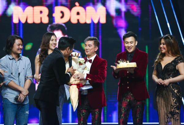 Nguyên Khang cùng các nghệ sĩ thổi nến mừng sinh nhật Mr Đàm