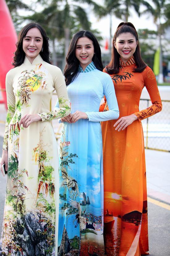 Á hậu Thuý An duyên dáng trên xích lô trở về thăm quê hương Hà Tiên