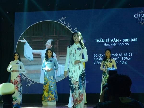 Ngắm vẻ đẹp duyên dáng của nữ sinh Trường Đại học Luật Hà Nội 2018
