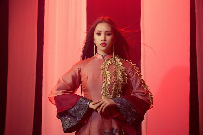 """Hoa hậu Tiểu Vy gây """"sốt"""" khi hát hit """"Lạc trôi"""" của Sơn Tùng MTP"""