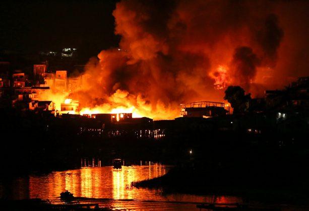 """Brazil: 600 ngôi nhà tạm bằng gỗ bất ngờ bị """"bà Hỏa"""" thiêu rụi"""