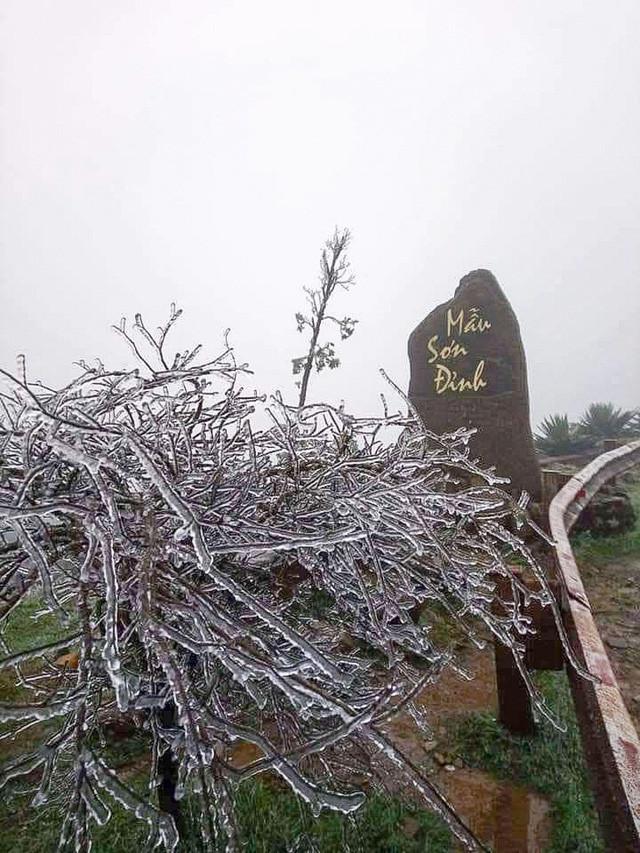 Nhiệt độ giảm sâu, băng tuyết phủ dày đặc trên đỉnh Mẫu Sơn, Phia Oắc