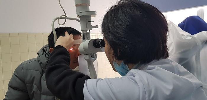 Người đàn ông có nguy cơ mù mắt vì đốt pháo hoa chơi Tết