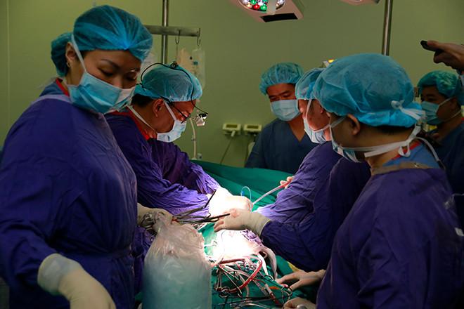 """9 giờ """"cân não"""" cứu bệnh nhân người Mỹ bị lóc động mạch chủ nguy kịch"""