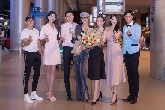 Dàn mỹ nam, mỹ nữ hân hoan chào đón tân Nam vương Quốc tế Trịnh Bảo