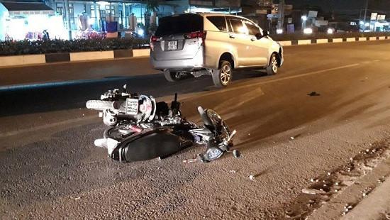 Ô tô mất lái tông liên hoàn nhiều xe máy, 2 người bị thương nặng
