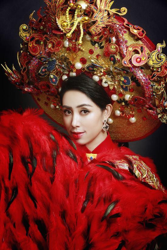 Áo dài phượng hoàng lửa gây ấn tượng của Phạm Hồng Quỳnh