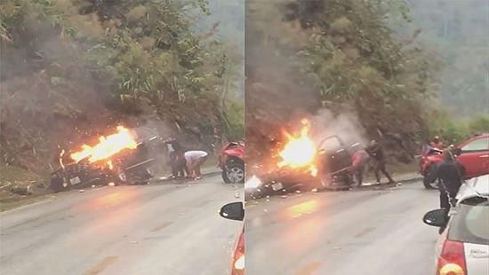Ô tô bốc cháy dữ dội sau cú đâm trực diện với xe bán tải