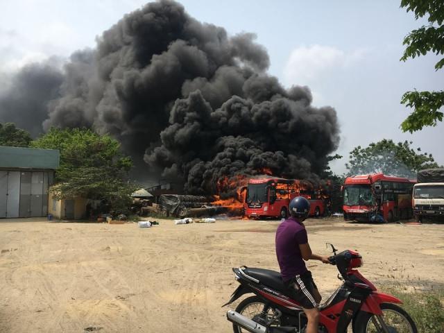 Đang đỗ trong bến, xe khách bốc cháy dữ dội