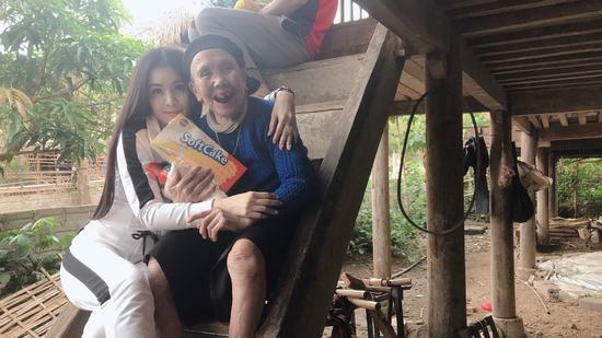 Á hậu Thư Dung lặng lẽ về Hà Giang làm từ thiện
