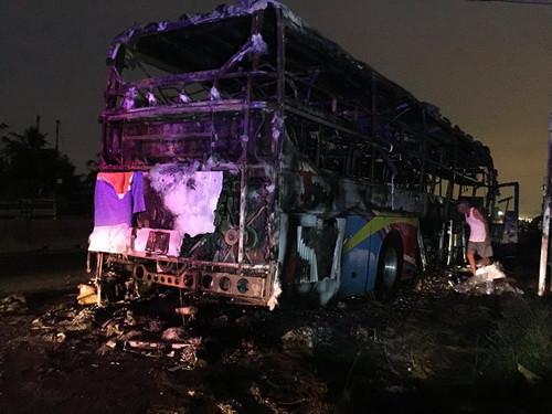 Xe khách giường nằm cháy rụi trong đêm