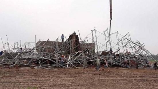 Sập giàn giáo xây dựng cây xăng, 8 người thương vong