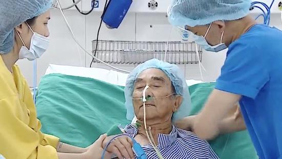 Cứu sống du khách nước ngoài 79 tuổi bị vỡ tim chỉ còn 1% cơ hội sống