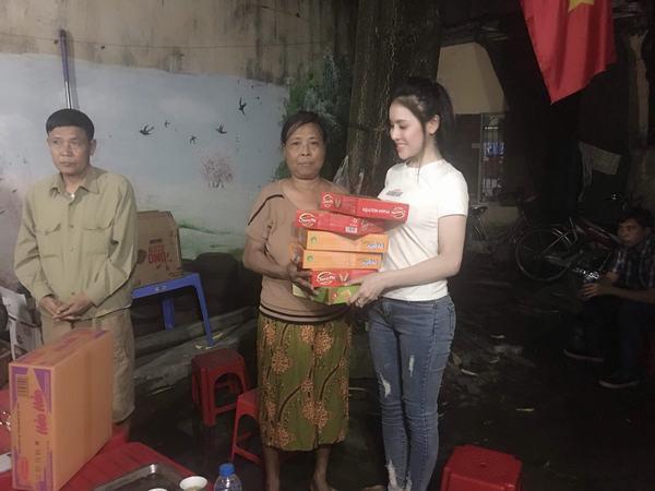 Á hậu Thư Dung lặng lẽ đêm hôm đến xóm chạy thận Ngọc Hồi làm từ thiện
