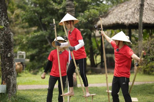 Chạy đi chờ chi: Trấn Thành, Lan Ngọc khổ sở với thử thách đi cà kheo