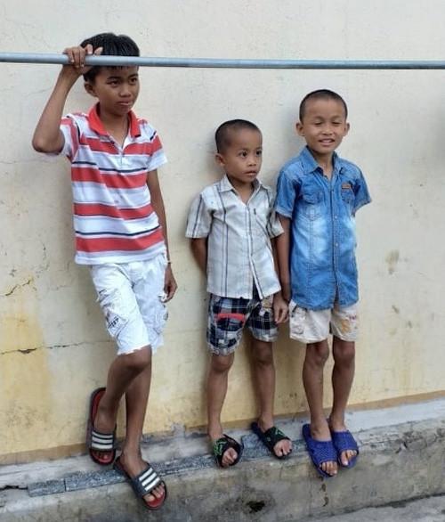 3 cháu nhỏ trốn khỏi xe ô tô của người đàn ông lạ