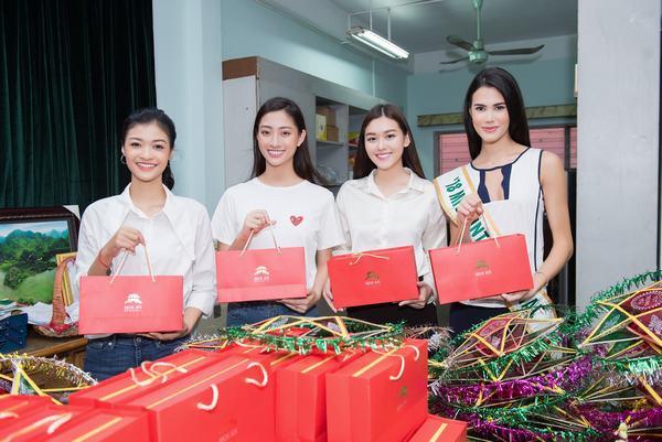 Top 3 Miss World-Việt Nam giản dị cùng đương kim Hoa hậu quốc tế làm từ thiện