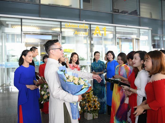 """Nhà thiết kế """"S Viet"""" được chào đón nồng nhiệt ngày trở về từ New York"""