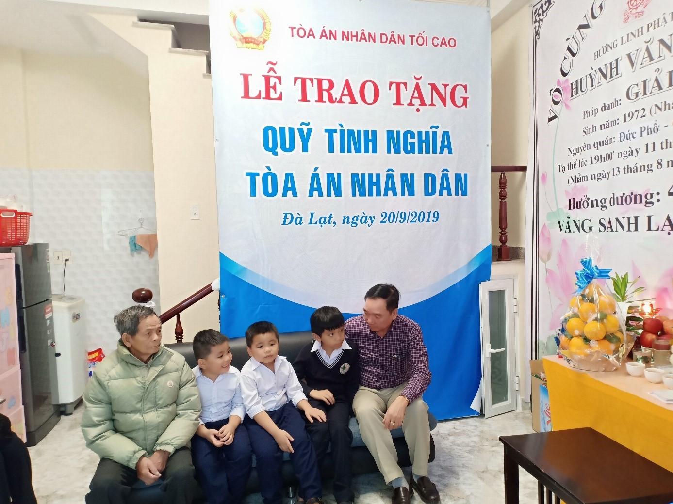 Quỹ tình nghĩa TAND trao quà cho gia đình cán bộ, công chức có hoàn cảnh khó khăn