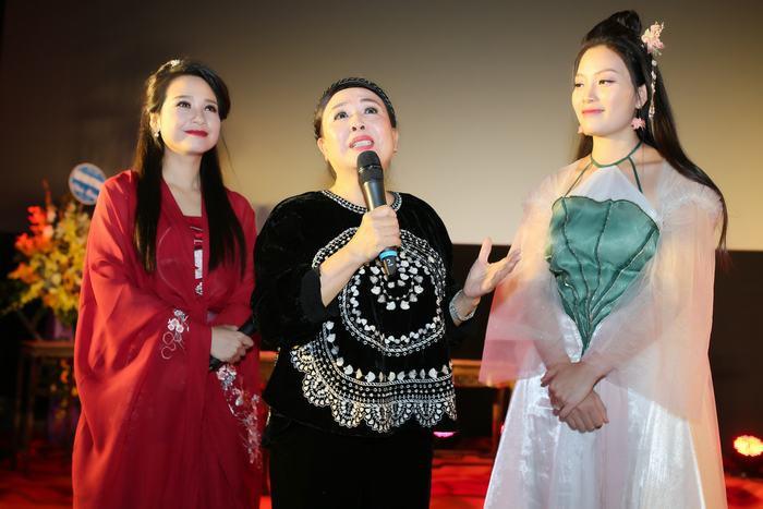 Huyền Trang hóa nàng Kiều trong MV Đóa sen ngời