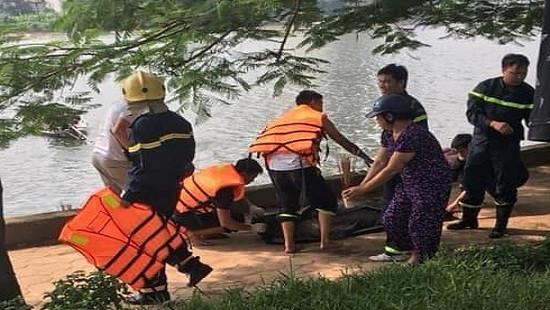 Trục vớt thi thể nam giới nổi trên mặt hồ Linh Đàm
