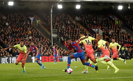 """Man City 2-0 Crystal Palace: Nước cờ """"điên"""" của Pep Guardiola"""