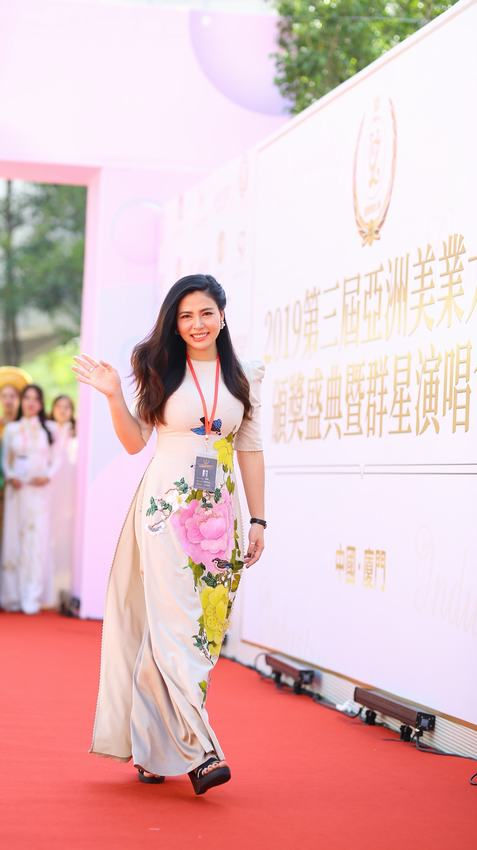 Ngọc Hiền được đưa đón bằng siêu xe khi dự sự kiện ở Trung Quốc