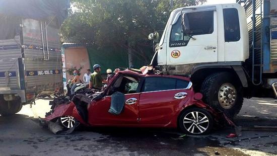 Tai nạn liên hoàn khi dừng đèn đỏ, ô tô con bị 2 xe tải kẹp nát
