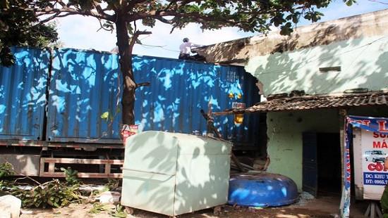 Xe đầu kéo tông sập 2 nhà dân, tài xế tử vong trong cabin