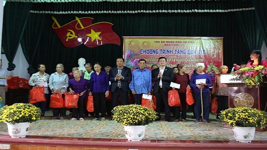 Thẩm phán TANDTC Bùi Ngọc Hòa tặng quà Tết cho các hộ nghèo và người già neo đơn tại Nam Định và Thái Bình