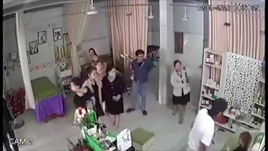 Nhóm người lao vào đánh hội đồng nữ chủ tiệm spa trước mặt trẻ nhỏ