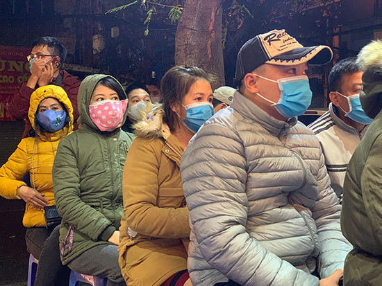 Người dân đeo khẩu trang phòng virus corona, xếp hàng mua vàng ngày vía Thần Tài