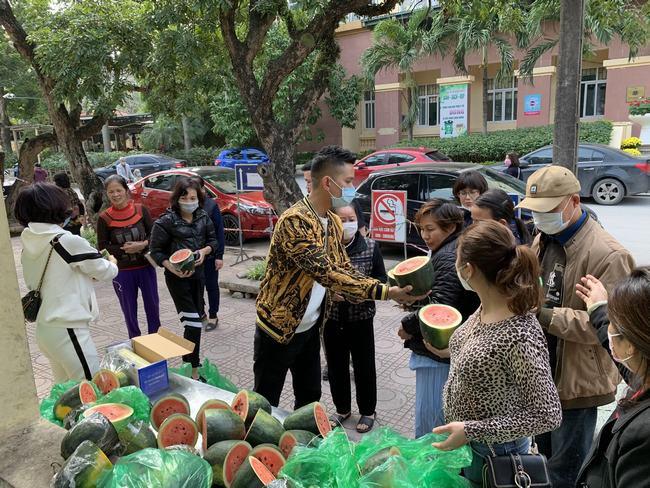 Lã Phong Lâm và những người bạn trao quà cho bệnh nhân nghèo