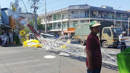 Cổng chào bằng thép bất ngờ đổ sập đè trúng 2 người đi đường