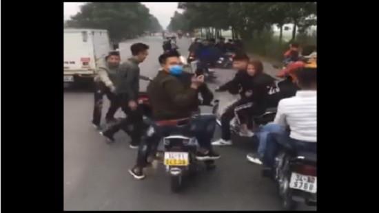 Nhóm thanh niên đầu trần, dàn hàng ngang chặn đầu xe chở tân binh