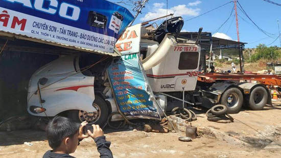 Tai nạn liên hoàn khiến đường Hồ Chí Minh ùn tắc kéo dài