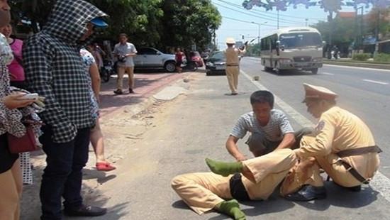 Tài xế phóng ô tô tông đại úy CSGT chấn thương sọ não rồi bỏ trốn
