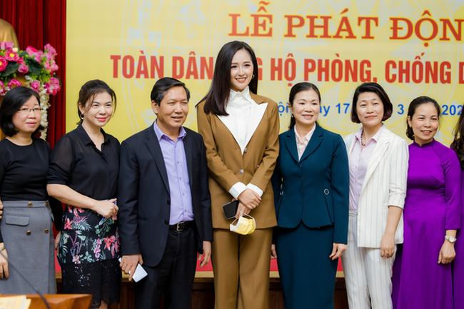 Hoa hậu Mai Phương Thuý trao 20 tỷ đồng giúp phòng chống dịch Covid-19