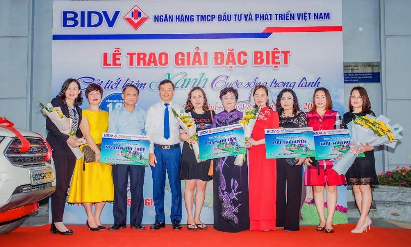 Gửi tiết kiệm xanh, khách hàng BIDV trúng ô tô gần 700 triệu đồng